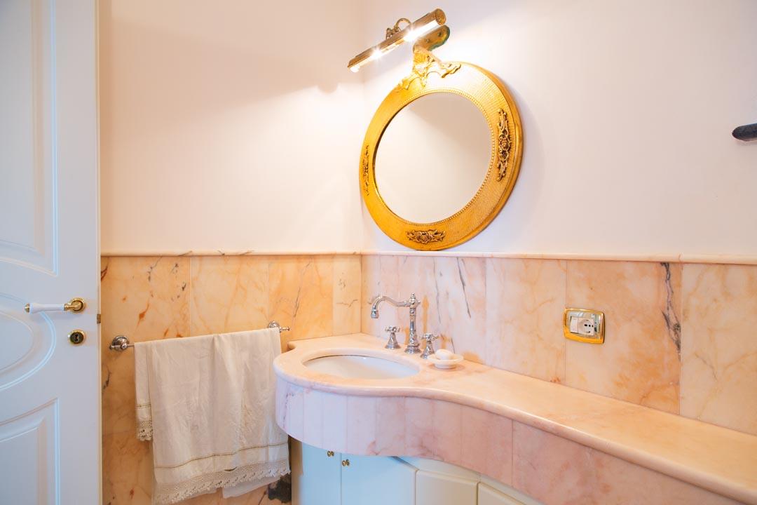 Elegant Bathroom - TENUTA SPARTANO