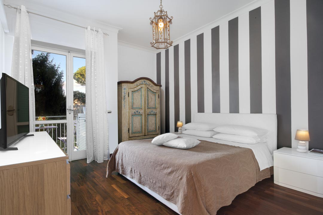 Master Bedroom with balcony - VANNA HOME