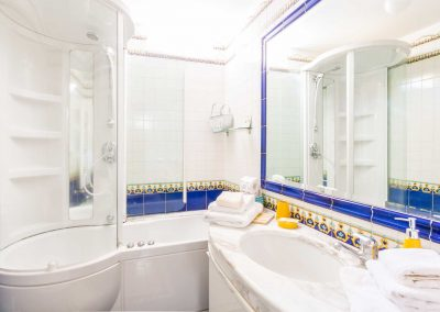 Leonelli's flat bathroom (1)