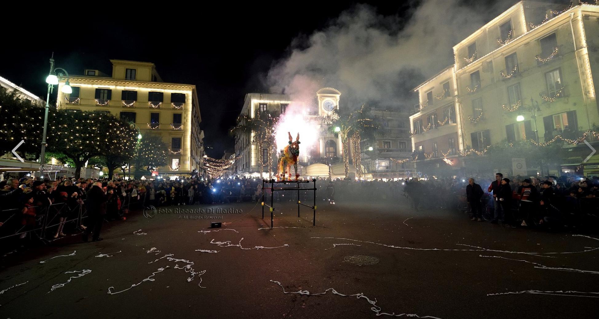 Piazza Tasso ciuccio di fuoco a Capodanno