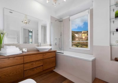 Luxury home with sea-view bathroom (1)