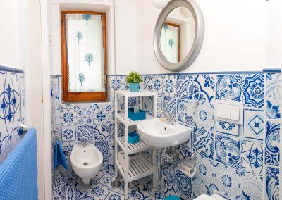 Linda's home bathroom (1)