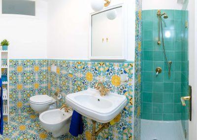 Linda's home bathroom (2)