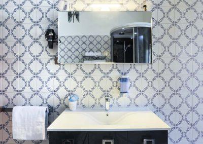 Valeria's home bathroom (1)